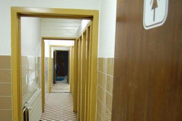 V tridsaťročných sociálnych zariadeniach vymenia umývadlá, toalety, pisoáre a postavia nové priečky.