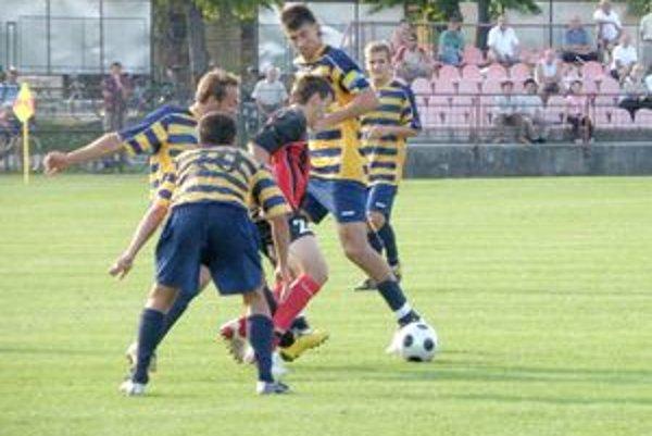 Sninský (druhý sprava) dal gól Michaloviec, ale na dva góly Púchova to nestačilo.