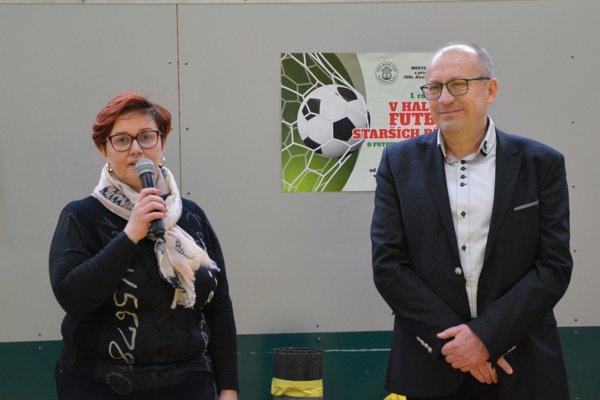 Turnaj slávnostne otvorila primátorka Topoľčian Alexandra Gieciová. Vpravo hlavný organizátor turnaja Oto Hodál.