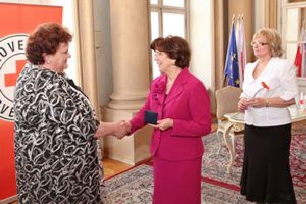 Dve ženy, ktoré dostali Čestnú striebornú medailu Henryho Dunanta, si navzájom zagratulovali. V strede Silvia Gašparovičová, vľavo Elena Hrbčová, vpravo prezidentka Slovenského Červeného kríža Helena Kobzová.