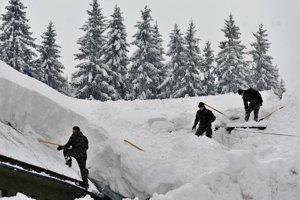 Oravcom prišli pomôcť hasiči aj vojaci z rôznych oblastí Slovenska.