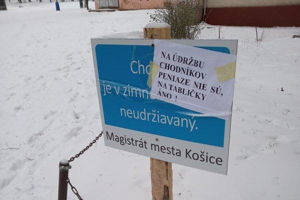 Mestá a obce sa s novelu vysporiadavajú rôzne. Košice nechali osadiť aj takéto tabule.