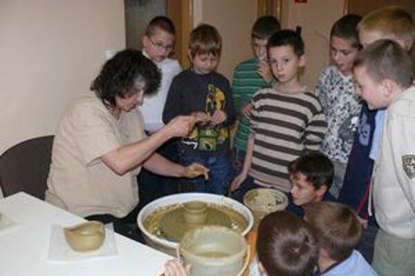 Niektorí chlapci by si prácu na hrnčiarskom kruhu radi aj vyskúšali.