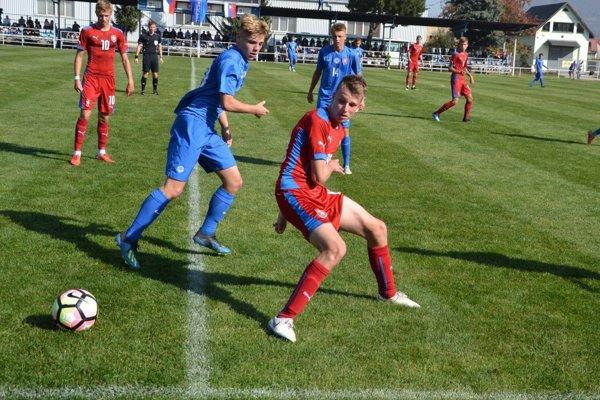 V Ilave si zmerali sily futbalisti Slovenska (v modrom) a Česka do 16 rokov.