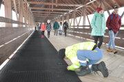 Montáž rohoží na kolonádovom moste.