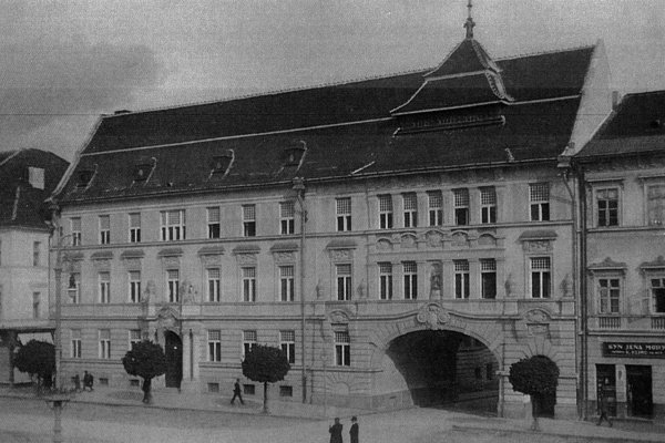 Budova lesného riaditeľstva v roku 1920, nad vchodom do Národnej ulice vidieť v nike sochu. Dnes je výklenok prázdny.