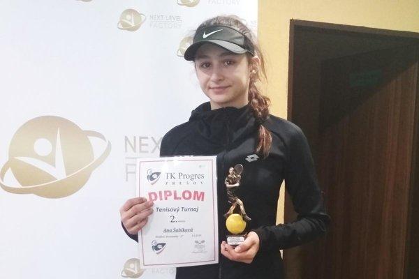 Ana Šabíková je 14-ročná tenistka zo Zlatých Moraviec.