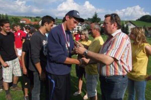 Syn Jána Blcháča, Ján (vpravo), odovzdáva ocenenia víťazom turnaja na jednom z predchádzajúcich ročníkov podujatia.