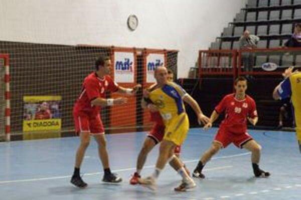 Tvorca hry Košíc Kolesár (v žltom) bránený Štefaniskom (vľavo) a M. kozákom nedohral pre zranenie.