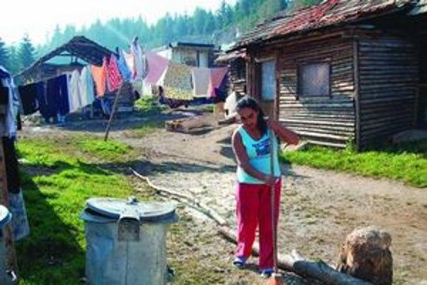 Niektorí starostovia zamestnávajú Rómov na drobné práce v obciach.