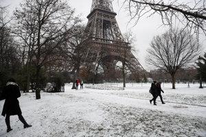 Zasnežené centrum Paríža pri Eiffelovej veži.