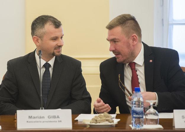 Na vypočúvaní kandidátov sa zúčastňujú aj zástupcovia prezidenta Andreja Kisku. Zľava poradca prezidenta pre ústavnoprávne otázky Marián Giba a riaditeľ legislatívy a milostí Kancelárie prezidenta Stanislav Gaňa.