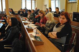 Publikum na stretnutí so županom v Nitre.