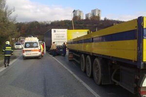 Kamión natlačil felíciu pod nákladné auto, ktoré stálo pred ňou.