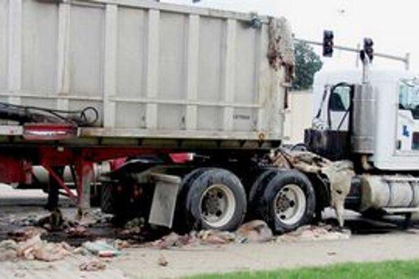 Vodič údajne nevedel, že sa z jeho auta vysypali na cestu vnútornosti.