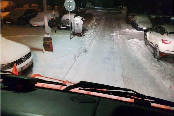 Pohľad na snehovú nádielku z kabíny auta technických služieb.