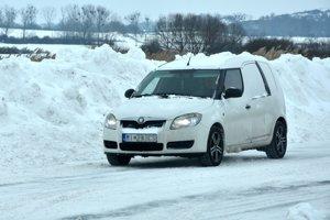 Snehové záveje na ceste pred obcou Zemplínske Jastrabie.