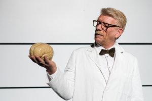 Richard Stanke ako psychiater Toby v inscenácii Vedľajšie účinky v SND.