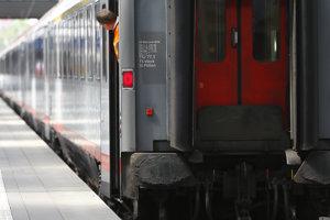 Ľudí museli pre nahlásenú bombu z vlaku evakuovať.