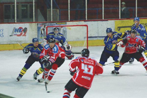 V prvej tretine diváci nevideli žiadny gól ani hokejové umenie. Približne v 15. min mal šancu Prešovčan Štefanech, ale puk skončil u brankára Palka.