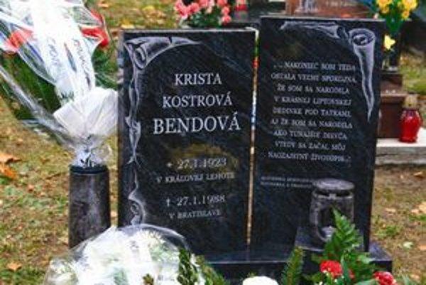 O hrob slávnej spisovateľky, rodáčky z Kráľovej Lehoty, sa budú v obci starať s hrdoou.