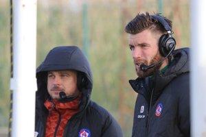 Igor Šemrinec (vpravo) do zápasov zatiaľ nezasiahol pre problémy s kolenom. Zhostil sa pozície spolukomentátora na klubovej televízii.