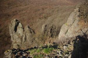 Strmé skalné steny a veže.