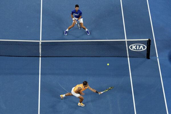 Novak Djokovič (hore) prevýšil Rafaela Nadala vo všetkých smeroch.