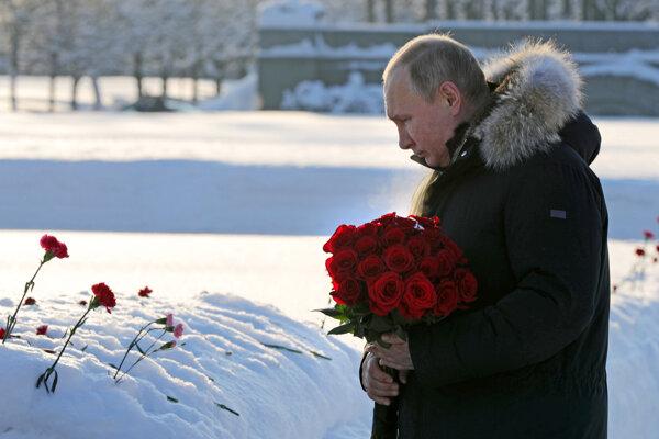 Vladimir Putin položil kvety pri pamätníku na Piskariovskom pamätnom cintoríne.