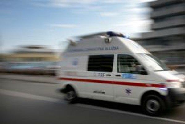 Vysileného muža po transplantácii obličky si pri ceste nikto nevšímal. Pomoc zavolali až starostovia, hoci predtým tadiaľ prešli tisícky vodičov.