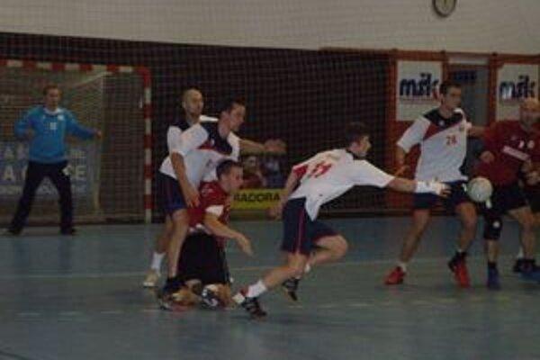 Ďuriš (s loptou v bielom) nedohral zápas pre červenú kartu, ale ako jeden z mála hráčov Pov. Bystrice výrazne nesklamal.