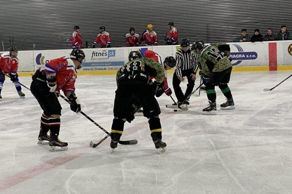 Liesek (v zelenom) zvládol derby s Trstenou.