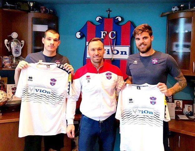 Krešimir Kelez a Antonio Asanovič sú novými hráčmi FC ViOn. V strede športový riaditeľ Juraj Koprda.