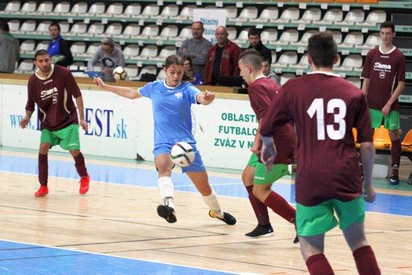 Osviežením kvalifikácie bola účasť junioriek FC Nitra. V modrom Karina Pelikánová vzápase sBrančom.