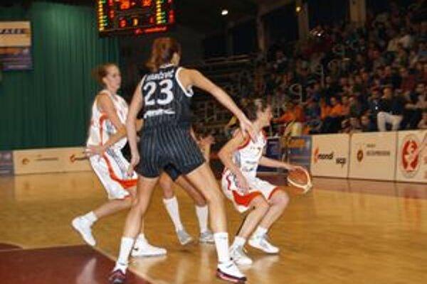 V stretnutí, ktoré prinieslo veľa nepresností, domáce basketbalistky sľubne začali a viedli 4:0.