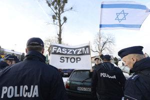 Protest krajných pravičiarov, ktorí sa na mieste masového vyvražďovania Židov netajili svojím antisemitizmom, sa konal zároveň so spomienkovým zhromaždením pri príležitosti nedeľňajšieho Medzinárodného dňa pamiatky obetí holokaustu.