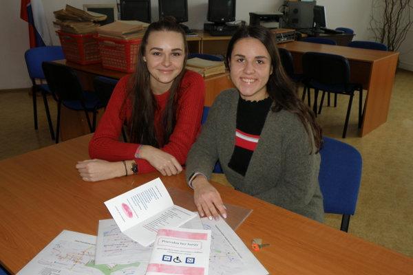Študentky obchodnej akadémie upozornili na problém bezbariérovosti v meste.