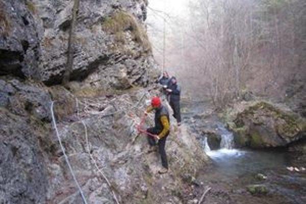 Pohyb po skalnom a úzkom teréne v Prosieckej doline uľahčujú reťaze, rebríky a oceľové kramle, ktoré záchranári vymenili pre vyššiu bezpečnosť.