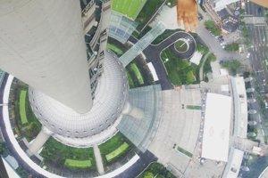 Na vyhliadkom poschodí v Oriental Pearl Tower