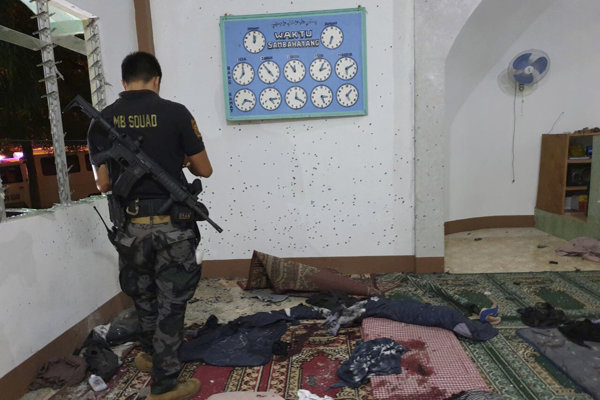 Na snímke policajný vyšetrovateľ prehľadáva miesto útoku v moslimskej mešite vo filipínskom meste Zamboanga na ostrove Mindanao.