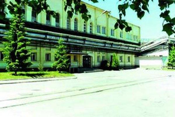 Administratívna budova je nositeľkou historických hodnôt. Aj keď je povolenie na asanáciu platné, papierne u nezbúrajú.