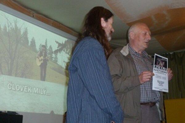 V deň koncertu Janka Svetlana Majerčíka (vľavo) v Liptovskom Hrádku získal film o ňom autora Ľubora Patscha (vpravo) Hlavnú cenu krajskej postupovej súťažnej prehliadky.