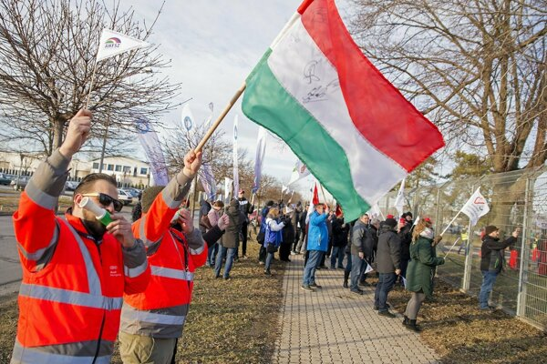 Zamestnanci maďarského závodu nemeckej automobilky Audi sa dohodli s vedením na zvýšení miezd a skončili štrajk.