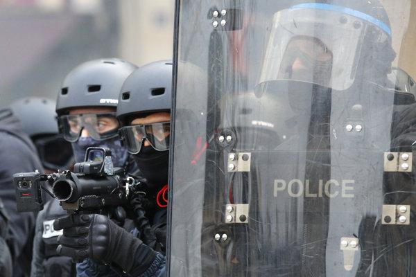 Protesty žltých viest vo Francúzsku pokračujú.
