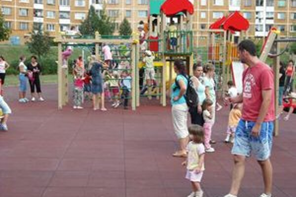 Detské ihrisko, ktoré zodpovedá európskym normám, si deti vyskúšali hneď po otvorení.