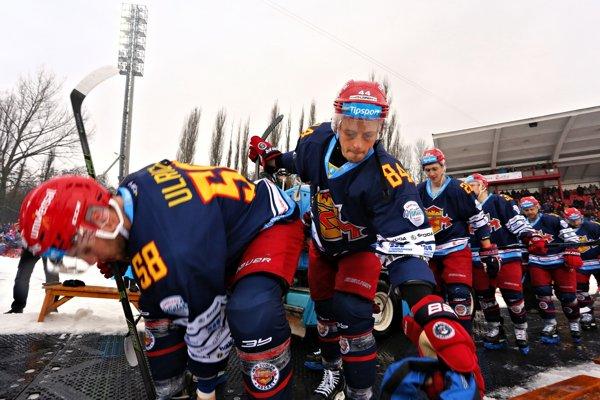 Hráči Zvolena prichádzajú na ľad.