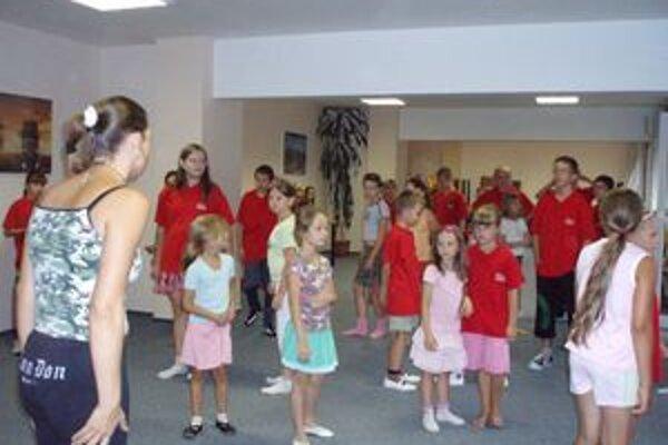 Malí tanečníci sa okrem tréningu kúpali aj v bazéne.