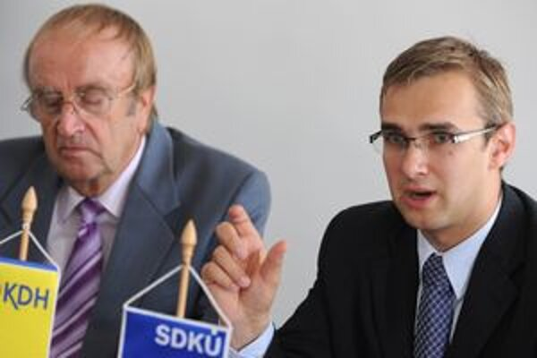Martin Fedor z SDKÚ-DS (vpravo) a Jozef Šimko z KDH (vľavo) počas tlačovej konferencie, na ktorej ohlásili kandidatúru Fedora na župana.