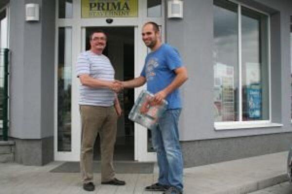 Výhercovi tipovacej súťaže Júliusovi Sokolovi (vľavo) z Partizánskej Ľupče sme odovzdali hlavnú cenu.Elektrickú vŕtačku si prevzal od Vladimíra Ranostaja (vpravo), zástupcu firmy Prima stavebniny.
