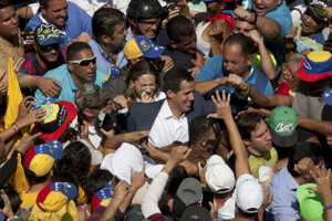 Guaidó medzi svojimi priaznivcami.